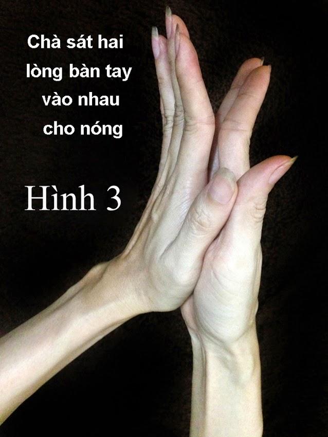 Nhờ người thân dùng 2 lòng bàn tay chà sát vào nhau khoảng 30 giây cho nóng