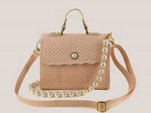 Túi xách hợp thời trang là món quà mà nhiều bạn gái sẽ thích
