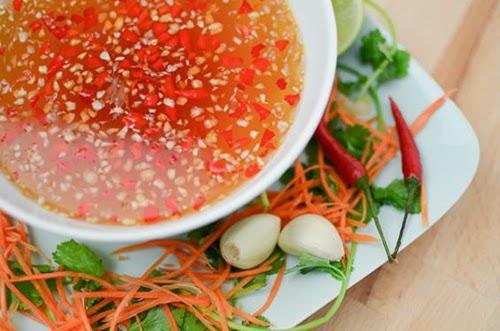 Cách pha nước mắm tỏi ớt nổi ngon chấm món gì cũng thích